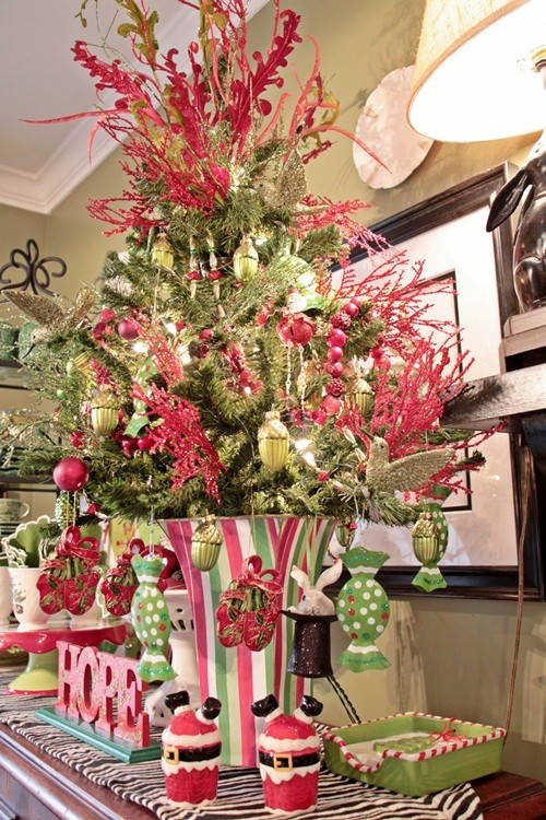 Breathtaking christmas tablescape ideas for Green christmas tree red decorations